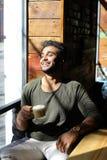 Кофе журналиста выпивая во времени обеда, замедленном движении Стоковая Фотография