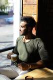 Кофе журналиста выпивая во времени обеда, замедленном движении Стоковое Изображение RF