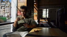 Кофе журналиста выпивая во времени обеда, замедленном движении акции видеоматериалы