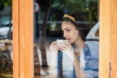 Кофе заботливой женщины выпивая Стоковые Фотографии RF