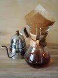 Кофе заваренный в фильтровальной бумаге Кофеварка потека Стоковые Изображения RF