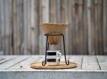 Кофе заваривать Barista, метод льет сверх, стиль кофе потека тайский стоковое изображение
