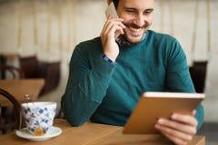 Кофе занятого бизнесмена выпивая на проломе Стоковая Фотография RF