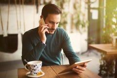 Кофе занятого бизнесмена выпивая на проломе Стоковое Изображение RF