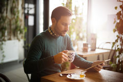 Кофе занятого бизнесмена выпивая на проломе Стоковая Фотография
