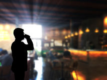 Кофе застежка-молнии человека силуэта с предпосылкой кофейни нерезкости Стоковое Фото