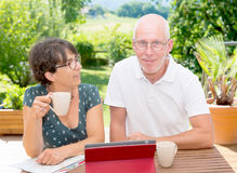 Кофе зрелых пар выпивая на террасе сада Стоковые Фотографии RF
