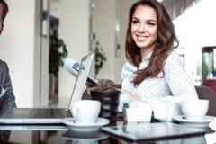 Кофе или чай коммерсантки выпивая в кофейне Стоковая Фотография RF