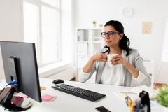 Кофе или чай коммерсантки выпивая на офисе Стоковые Фотографии RF