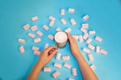 Кофе или шоколад какао питья рождества горячие с сливк и зефирами молока в малой прозрачной чашке на голубой предпосылке Стоковые Фотографии RF