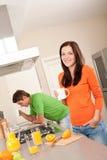 кофе имея детенышей женщины кухни Стоковое Изображение