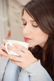 кофе имея детенышей женщины чая кухни Стоковая Фотография RF