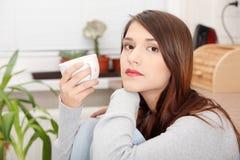 кофе имея детенышей женщины чая кухни Стоковое Изображение