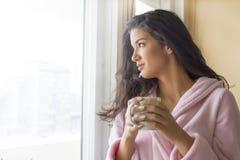 кофе имея детенышей женщины утра Стоковое Изображение RF
