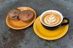 Кофе и булочка mocha молока искусства Стоковое Изображение RF