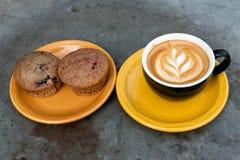 Кофе и булочка mocha молока искусства Стоковое Фото
