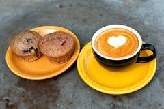 Кофе и булочка mocha молока искусства Стоковые Фотографии RF