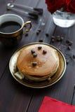 Кофе и блинчики завтрака на таблице с розами Стоковое Изображение