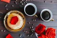 Кофе и блинчики завтрака на таблице с розами Стоковые Фотографии RF