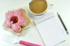 Кофе и блокнот донута Стоковые Фотографии RF