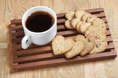 Кофе и вкусные печенья в форме сердца стоковое изображение