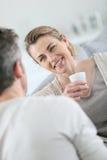 Кофе и говорить зрелых пар выпивая Стоковые Фото