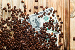 Кофе и деньги на деревянном столе Заработки на кофе Стоковое Изображение