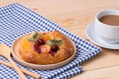 Кофе и десерты на деревянной предпосылке таблицы Стоковое Фото