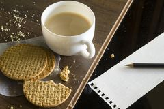 Кофе и закуски во время перерыва на чашку кофе стоковая фотография rf