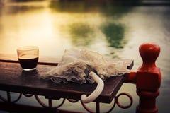 Кофе и зонтик на таблице озером Стоковые Фотографии RF