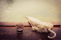 Кофе и зонтик озером Стоковые Изображения RF
