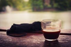 Кофе и зонтик озером Стоковое Изображение