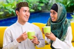 Кофе или чай азиатских мусульманских пар выпивая Стоковые Фотографии RF