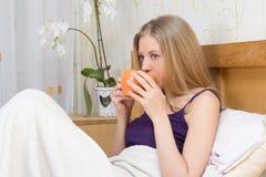 Кофе или чай женщины выпивая в спальне Стоковое Изображение