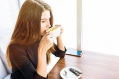 Кофе или чай женщины выпивая в утре на ресторане Портрет крупного плана милой девушки с чашкой чаю Стоковое Изображение RF