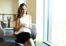 Кофе или чай коммерсантки выпивая в кофейне Стоковое Изображение