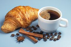 Кофе и круасант Стоковые Фото
