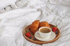 Кофе и круассаны на белом конце-вверх простынь стоковые фото