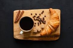 Кофе и круассан на деревянной доске, взгляд сверху стоковые изображения rf