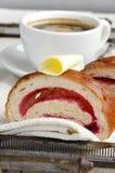 Кофе и круассан с маслом и вареньем служили на винтажном подносе Стоковое Изображение