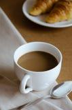 Кофе и круассан для завтрака Стоковые Изображения RF