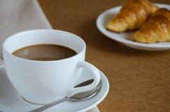 Кофе и круассан для завтрака Стоковое Изображение