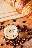 Кофе и круассан стоковые фото
