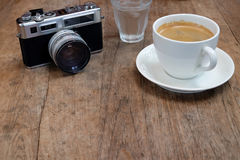 Кофе и классика камеры с водой на деревянном Стоковая Фотография