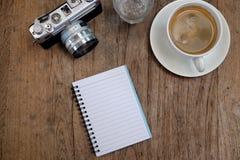Кофе и классика камеры с тетрадью на деревянном Стоковые Изображения RF