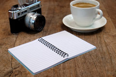 Кофе и классика камеры с тетрадью на деревянном Стоковые Фотографии RF