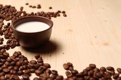 Кофе и молоко на таблице стоковое фото