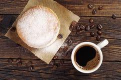 Кофе и донут с напудренным сахаром Стоковое фото RF