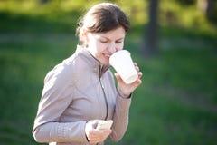 Кофе и отправка СМС Стоковые Фотографии RF