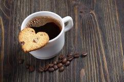 Кофе и печенье в форме сердца стоковые фото